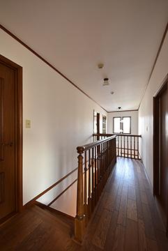 2階の明るい廊下